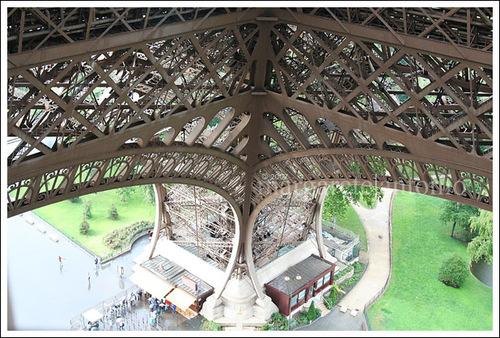 Eiffeltower_lookingdown